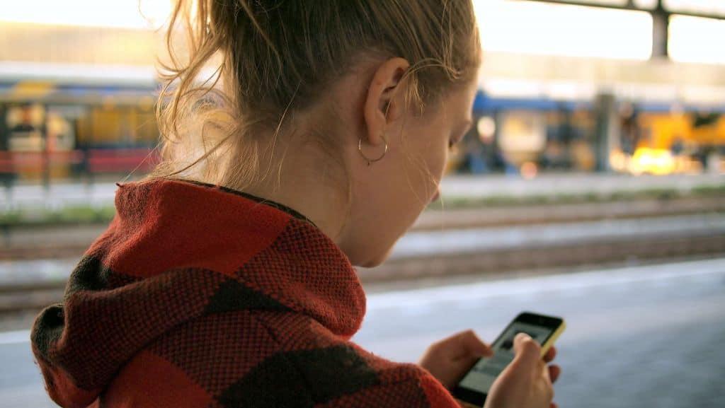 Dziewczyna korzystająca z telefonu