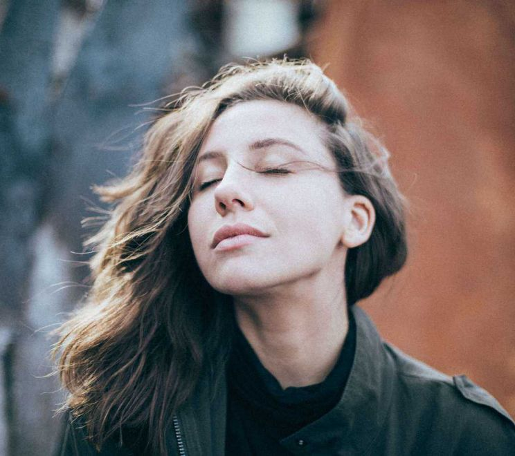 Zrelaksowana młoda kobieta