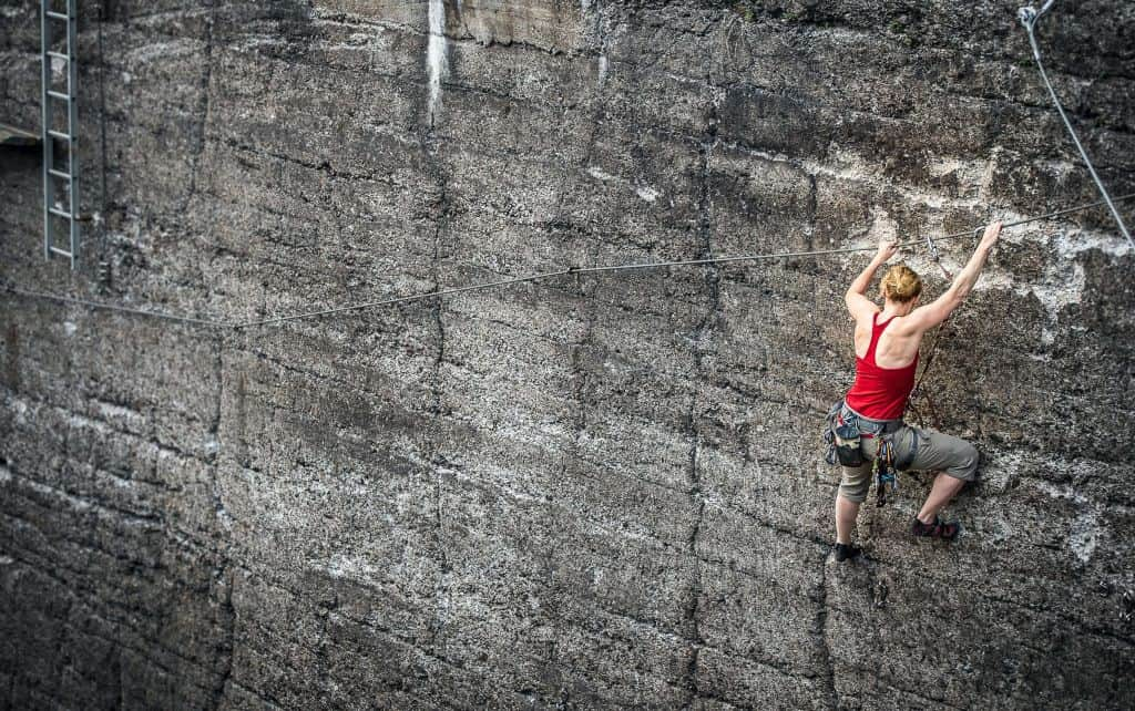 Wspinająca się kobieta