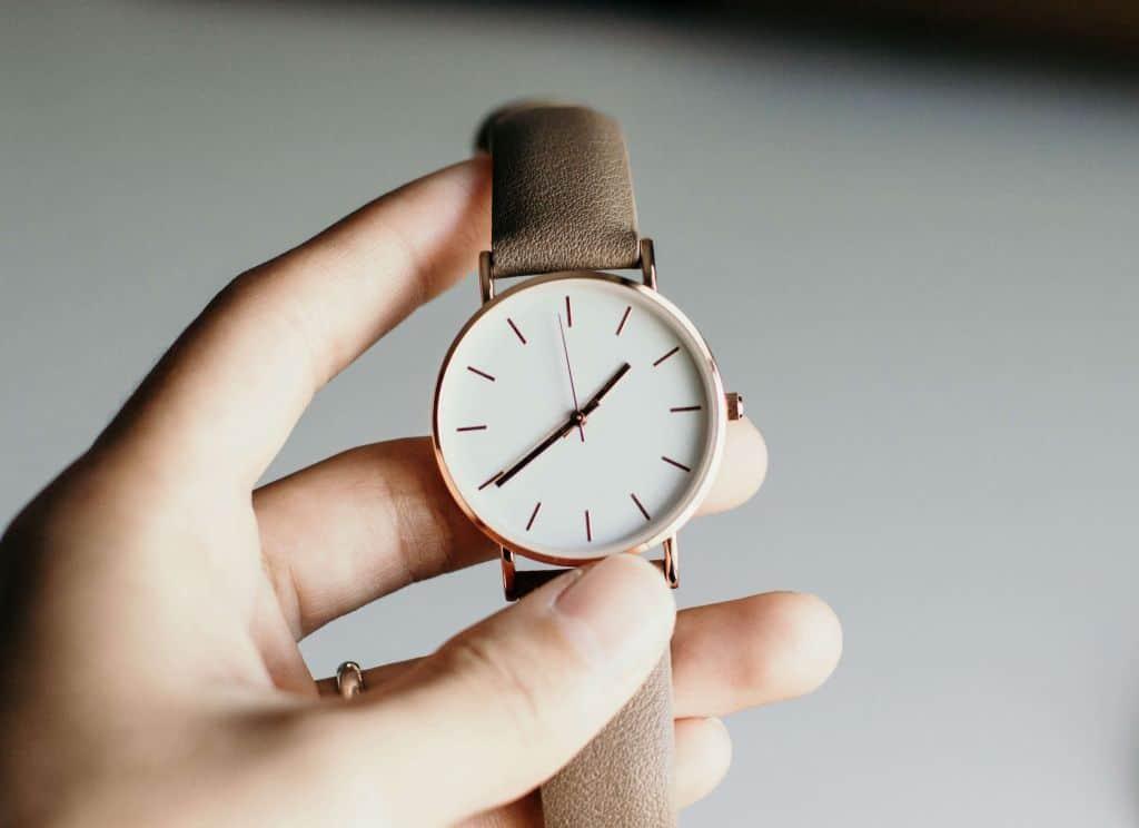 Dłoń trzymająca zegarek