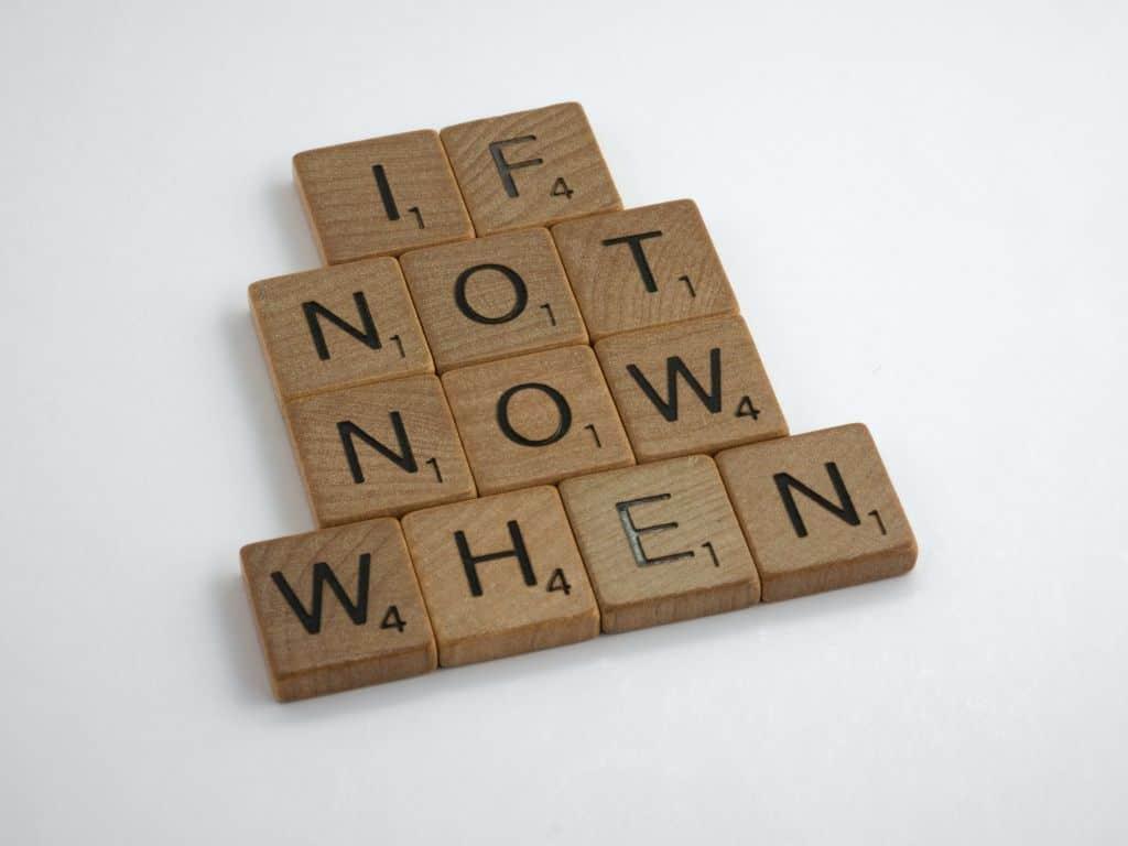 """Napis """"jeśli nie teraz, to kiedy"""""""