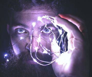 Spoglądający mężczyzna ze światełkami
