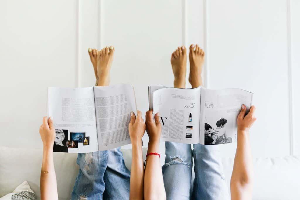 Para czytająca gazetę