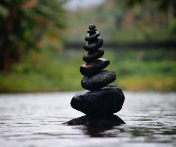 Stos kamieni zachowuje równowagę