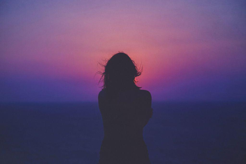 Melancholijny krajobraz i kobieta
