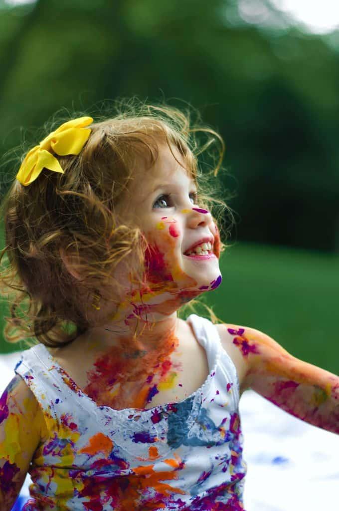 Dziewczynka pomalowana farbkami