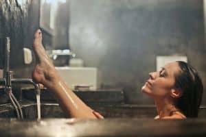 Kobieta w relaksującej kąpieli