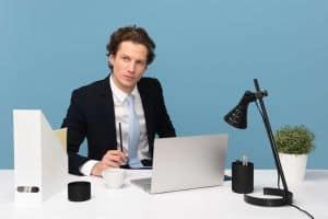 Mężczyzna w garniturze przy komputerze