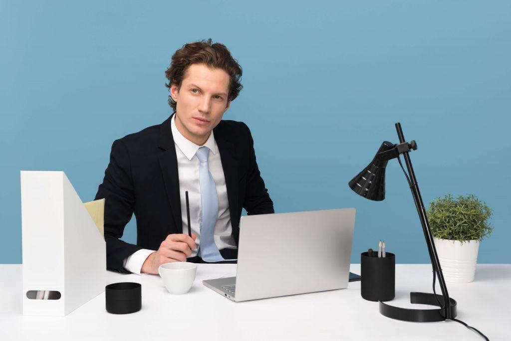 Mężczyzna za biurkiem