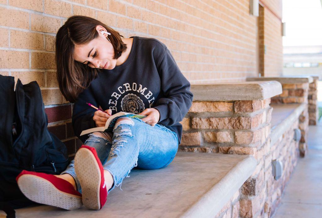 Nastoletnia dziewczyna z książką