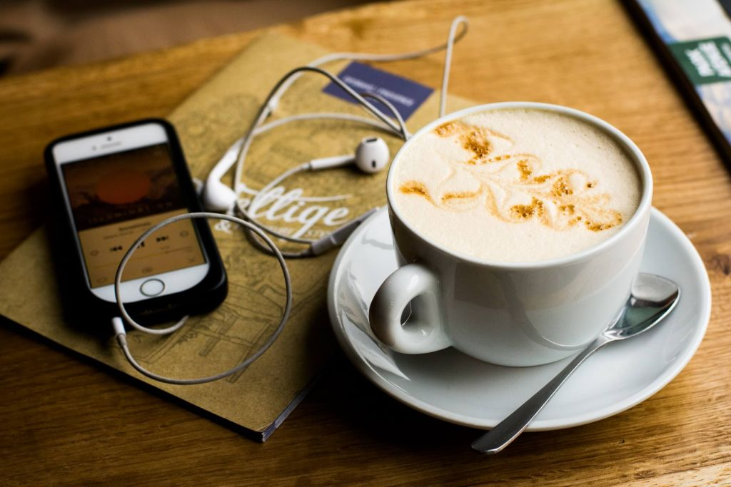 Kawa, telefon i słuchawki