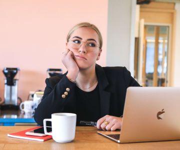 Zadumana kobieta przy laptopie