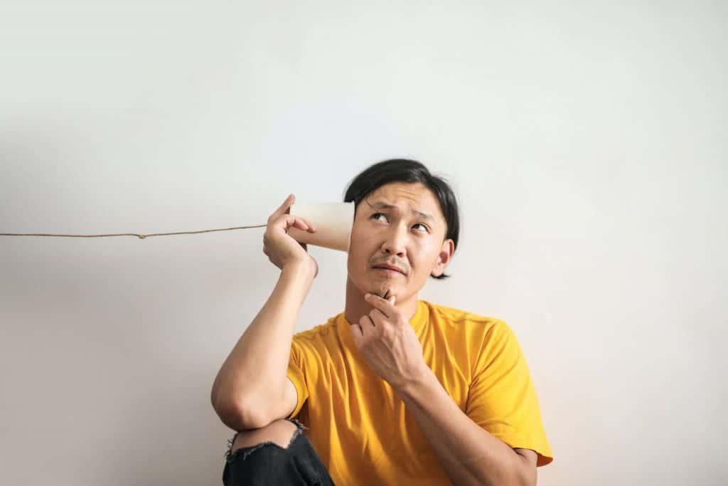 Mężczyzna ze słuchawką przy uchu