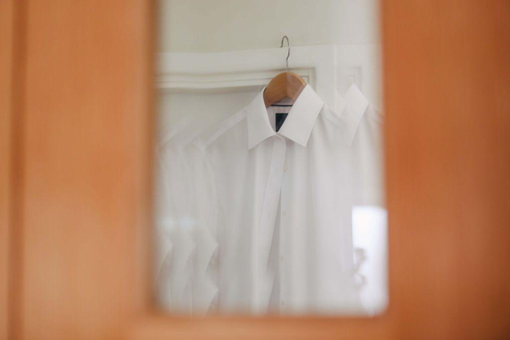 Biała koszula na wieszaku