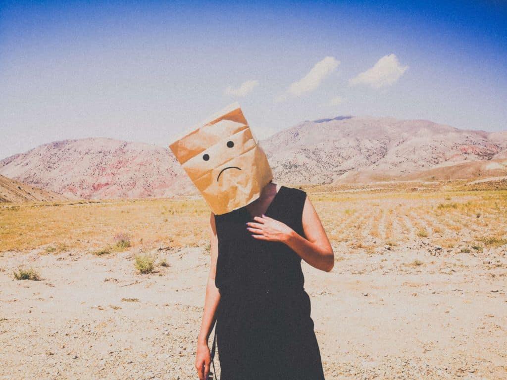 Osoba z papierową torbą na głowie