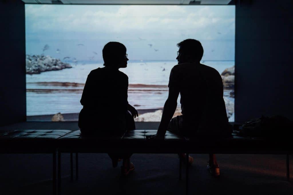 Sylwetki dwóch rozmawiających osób