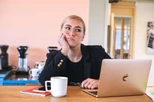 Znudzona kobieta przy laptopie