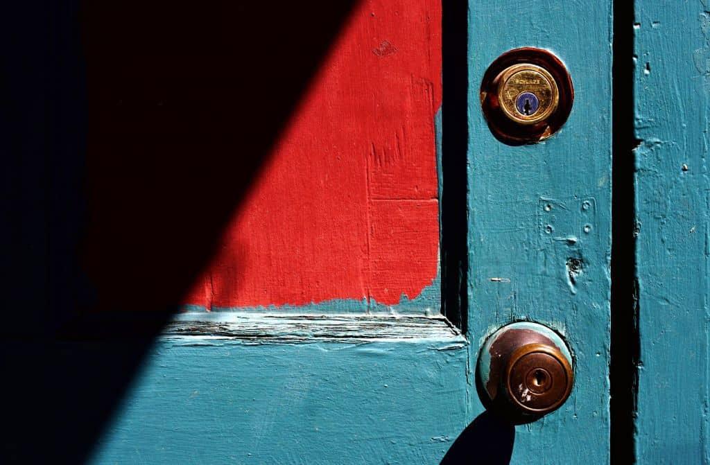 Niebiesko-czerwone drzwi