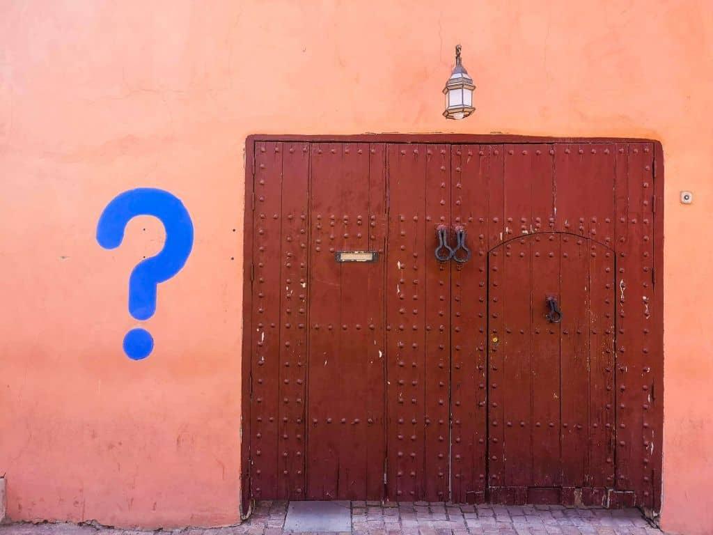 Znak zapytania namalowany na murze