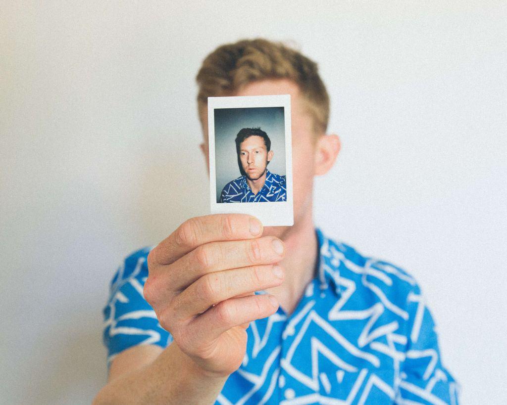 Chłopak trzymający w ręku swoje zdjęcie
