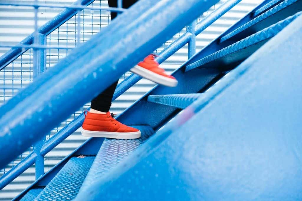 Osoba idąca w górę po schodach