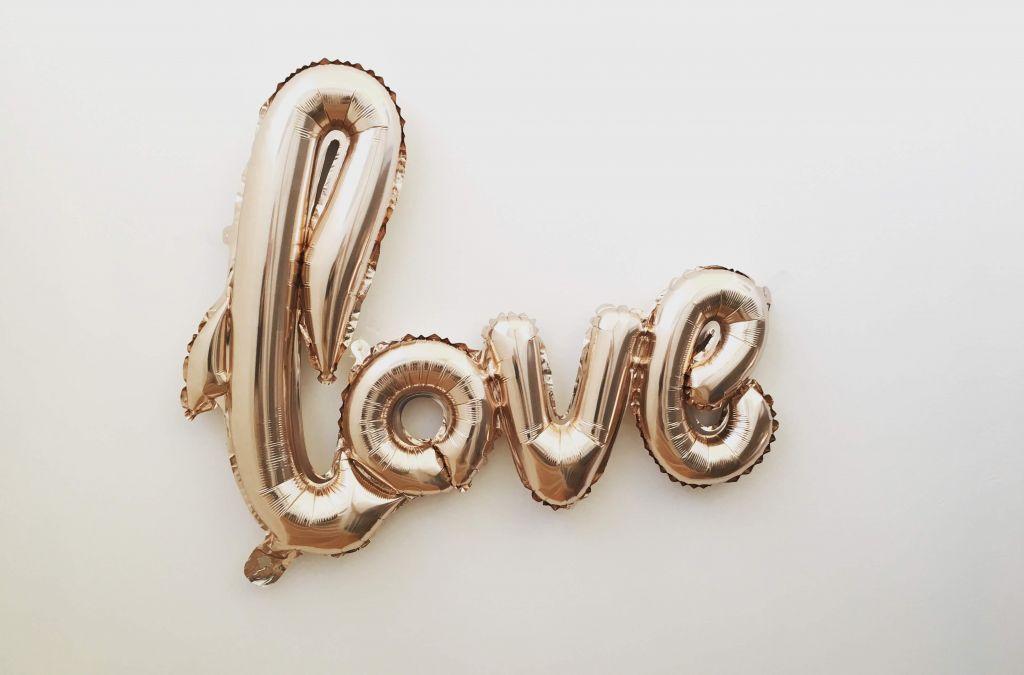 "Balonowy napis ""love"""