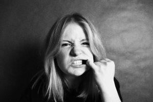 Dziewczyna pokazująca zęby