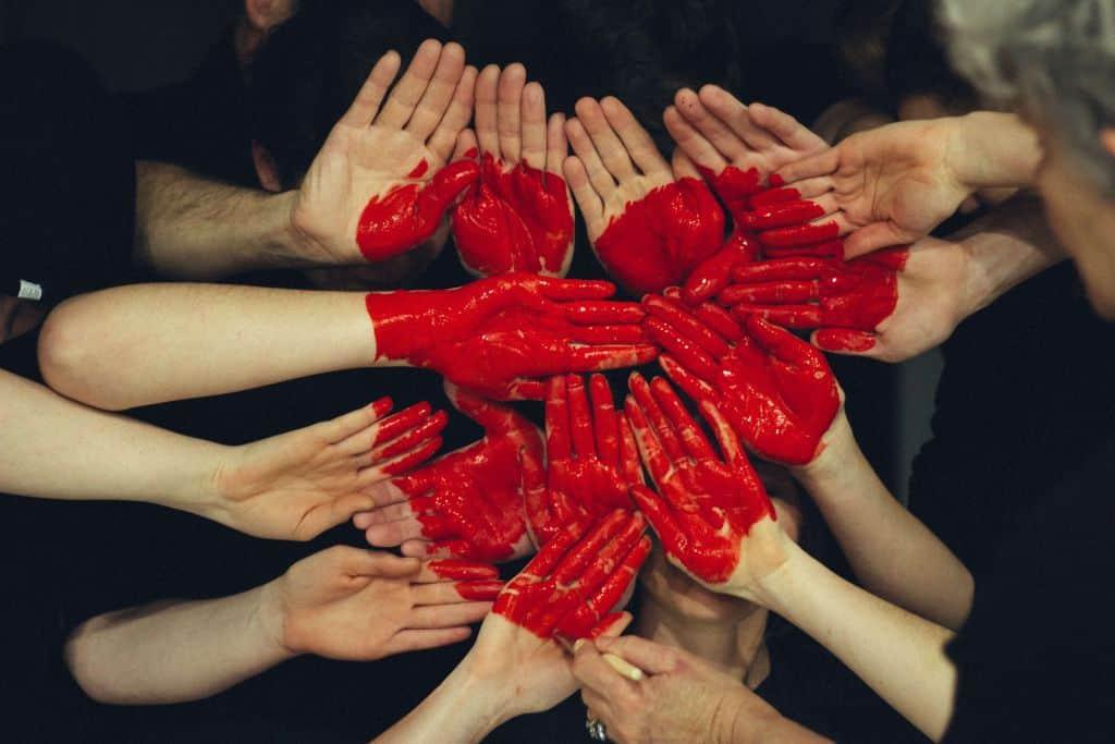 Serce ułożone z dłoni