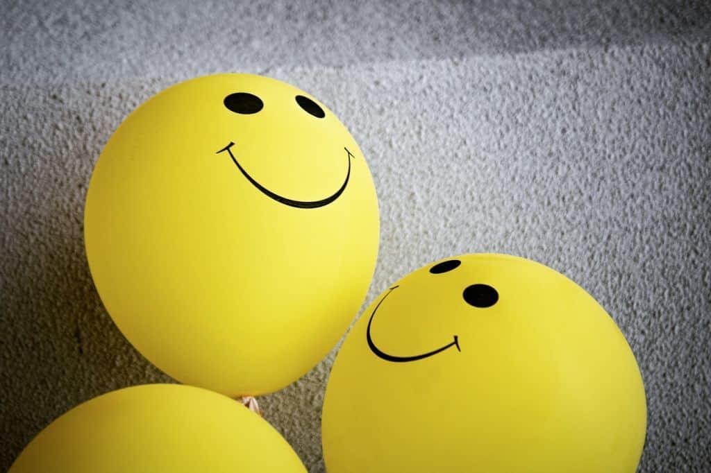 Żółte baloniki z uśmiechami