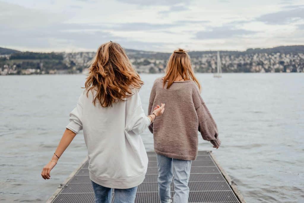 Dwie kobiety na pomoście