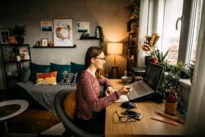 Kobieta pracująca w pokoju w stylu hygge