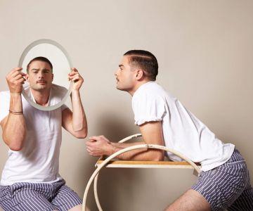 Mężczyzna wpatrzony we własne odbicie w lustrze