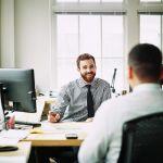 Rozmowy biznesowe przy biurku