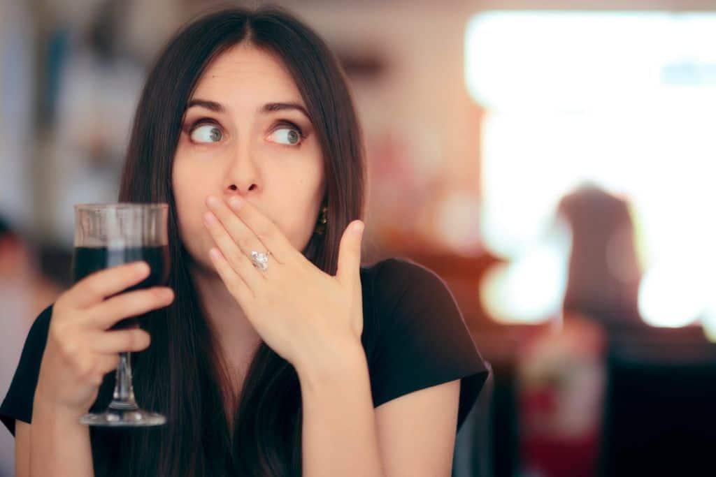 Kobieta z czkawką i lampką wina