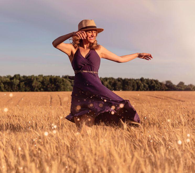 Kobieta tańczy w fioletowej sukience